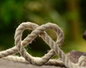 חבל קשור בצורת לב זוגיות