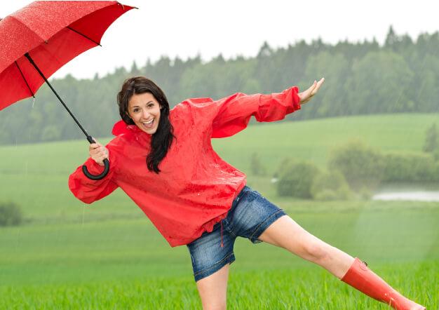 אישה עם מטרייה רוקדת בגשם-שירותים