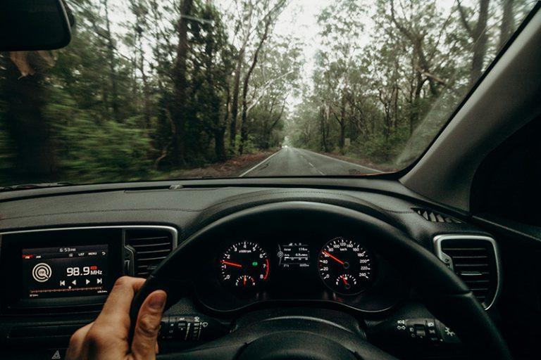 תמונת גלגל ומכוונים ברכב