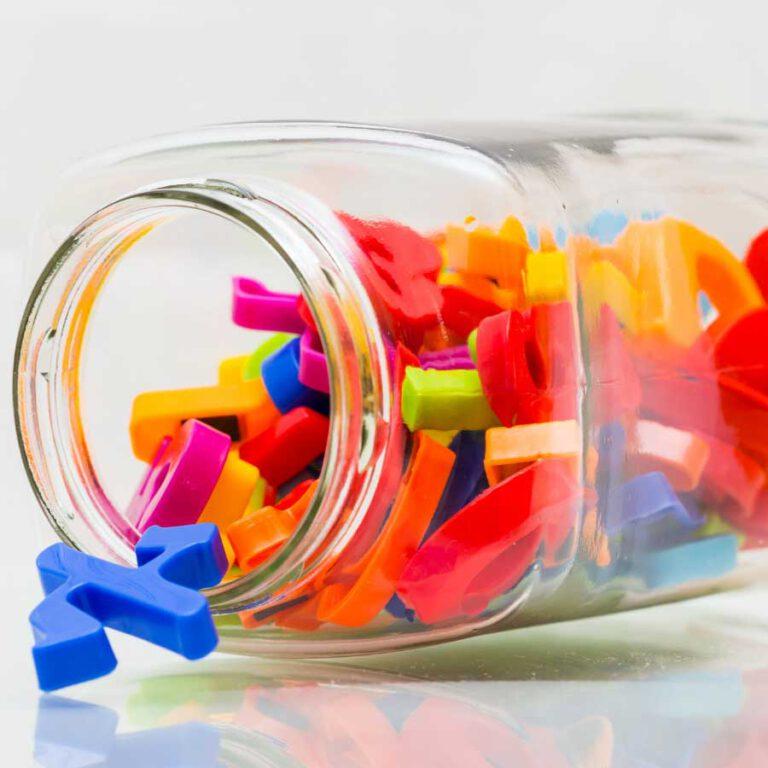 צנצנת מליאה באותיות פלסטיק צבעוניות